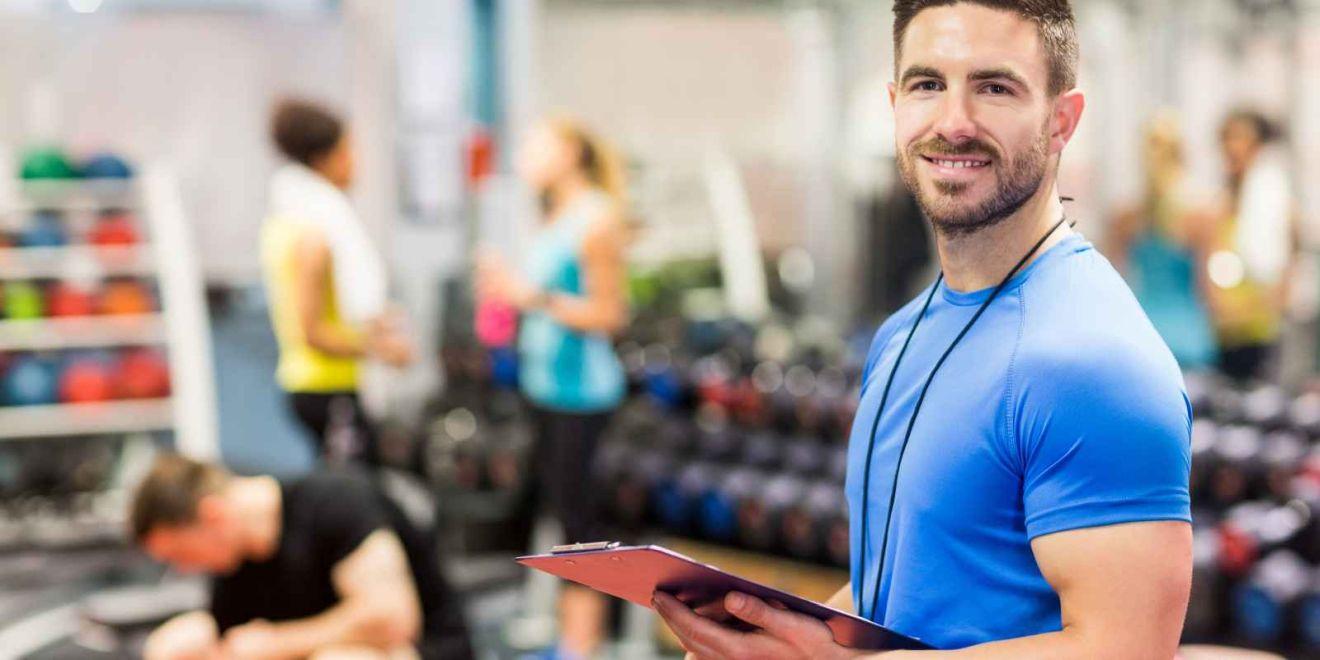Fitnesstrainer im Studio