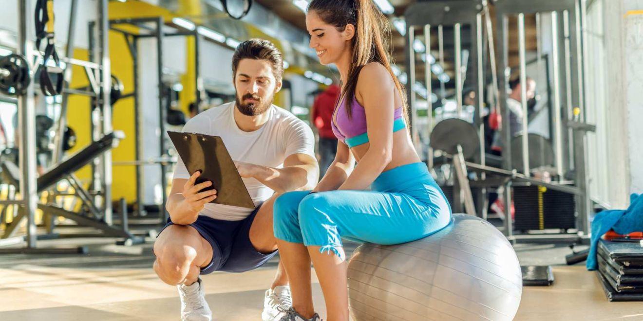 Fitnesstrainer_mit_Kundin